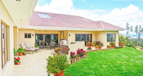 Spectacular home with amazing views! just 9 miles away from Cuenca